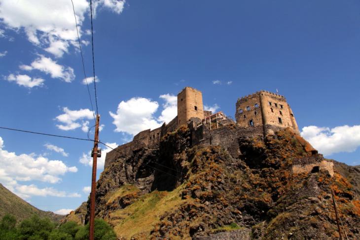 Georgia 002 - Khertvisi castle - On the road to Vartzia