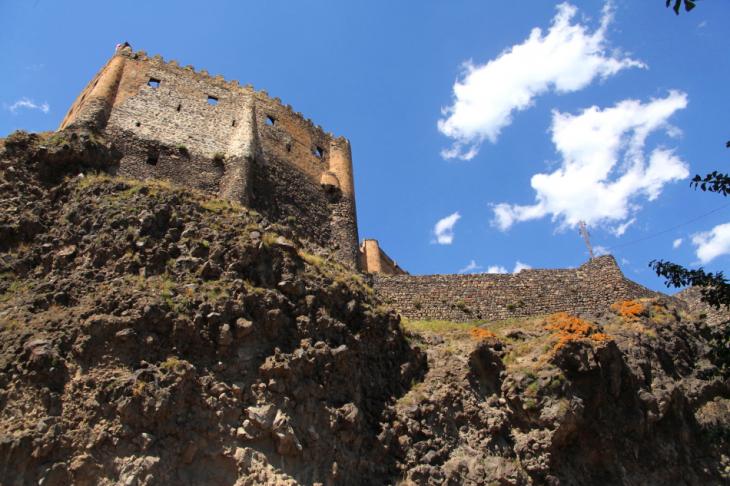 Georgia 005 - Khertvisi castle - On the road to Vartzia