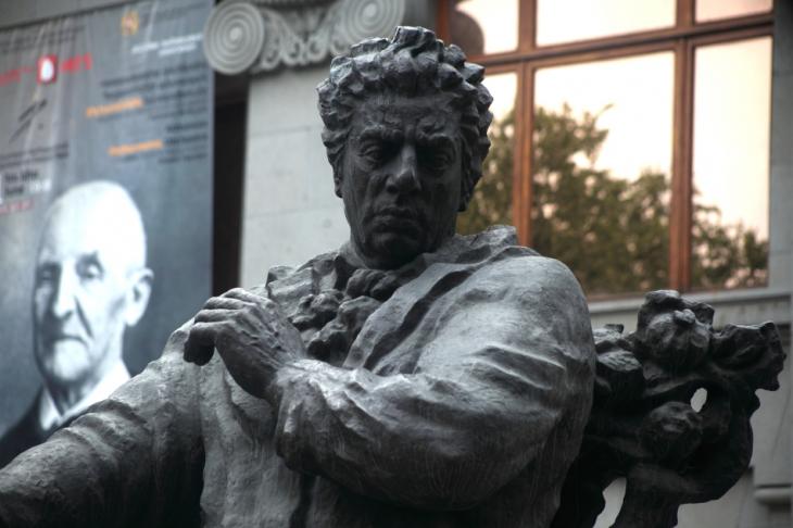 Armenia - Yerevan 012 - Opera Theatre - Aram Khachaturian statue